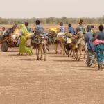 Gruppo di migranti africani in viaggio nel deserto
