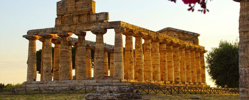 Cilento: uno dei templi greci di Paestum al tramonto