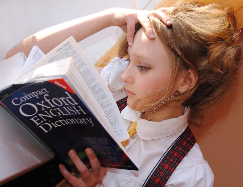 ragazza con dizionario d'inglese