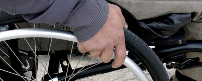 Sedie a rotelle o carrozzine, ecco come aiutare un disabile a spostarsi